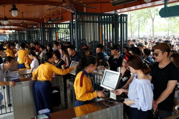 申晨间 | 禁带食物入园,只限定亚洲国家?上海迪士尼被告上了法庭