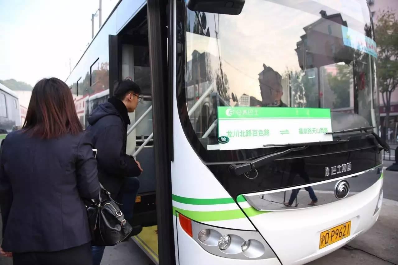 上海热线HOT新闻 沪首批定制公交上路啦 一站直达地铁站