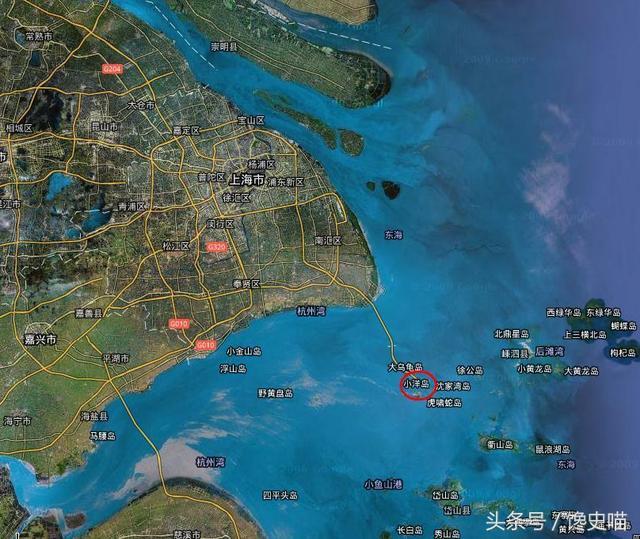 http://hot.online.sh.cn/images/attachement/jpeg/site1/20161218/IMGf48e389446e843203858272.jpeg /enpproperty-->    上海在周边省份里面有这么几块飞地,这几块地方在行政管辖上隶属于上海,当地居民拥有上海户籍,当地执行的是上海的工资标准,公职人员属于上海的人员编制,子女上学走的是上海的高考分数线。这样的地方有这么几块:   1、上海洋山深水港   洋山港位于浙江省乘泗列岛境内,2005年12月10