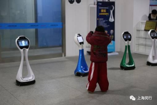 和智能机器人跳舞,用3d笔画画,学开无人机……闵行娃真有福,这么多新