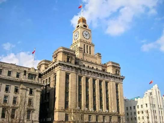 海关大楼位于上海黄浦区中山东一路13号,也就是外滩钟声响起的地方.