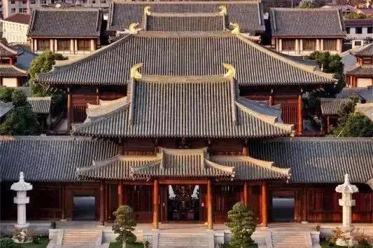 中国传统建筑,全木材料,榫卯结构,不用一颗钉子,建筑的寿命更长久.