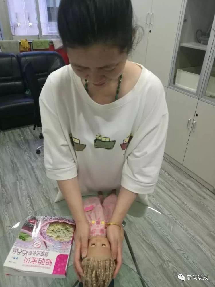 王阿姨和姐姐做爱_王阿姨正在练习为宝宝按摩