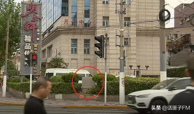 《【无极2总代理】烈士故居遗址纪念碑竟设在酒店停车场,合适吗?》