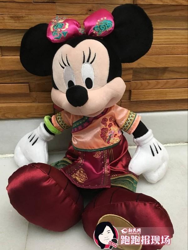 http://hot.online.sh.cn/images/attachement/jpg/site1/20160319/IMG0015609e15544083592623.jpg /enpproperty-->     文具、玩具、家居服饰,近7000种的纪念品将在上海迪士尼度假区开园后与游客见面。18日,新民晚报新民网记者了解到,商品融入了中国风,而上海迪士尼商品团队还为上海专门打造了复古版的米奇和米妮。据介绍,米妮的创作灵感来自于上海的月份牌。记者在现场看到,米奇穿着绅士风的洋装、戴着高帽子,而