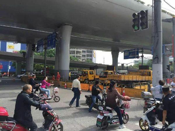 上海热线hot新闻——上海中环因车祸发生梁体横向倾斜