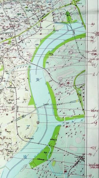 新版上海地图全名叫做《上海道路交通指南》,是个a4纸大的厚本子,内