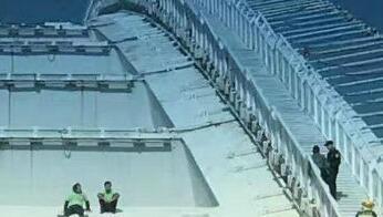 卢浦大桥2名男子欲跳桥轻生 上海消防成功解救