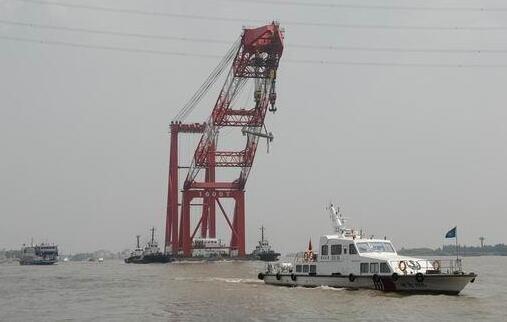 由于靠泊浮吊作业的大型砂船最大船长达140米,船舶大型化加剧碰撞桥梁图片