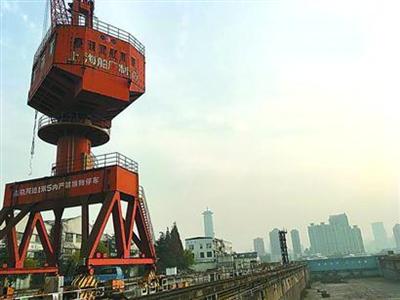 图说:上海船厂荒废的塔吊.图片来源:解放日报