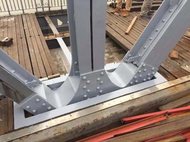 今天上午桥面下的管线已经修复,木质人行道板最后一块木板安装完毕