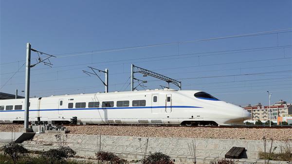 网络配图   记者从上海铁路局获悉,今年下半年该局所属的上海铁路国际旅游(集团)有限公司(简称上铁国旅)计划开行俄罗斯、新疆、深圳、漠河、重庆、金华、宁波、泰顺等地铁路旅游专列76趟。一线多游、快旅慢游的铁路旅游专列,将为市民出游提供更多的方便。   为了给市民出游提供方便,上铁国旅与地方旅游部门和景区景点合作,策划开行铁路旅游专列。仅上半年,该公司已组织开行成都、洛阳、黄山、宜春、安庆等地旅游专列49趟,运送游客30608人。下半年该公司计划再开行76趟铁路旅游专列,其中前往新疆、深圳、漠河等地的国