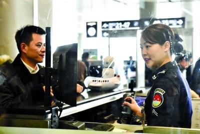 """""""坐过飞机的旅客都知道,安检时要站到一个小台子上接受安检员的"""