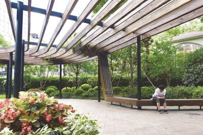 东湖绿地位于淮海中路,东湖路路口,闹中取静,供路人休憩的长凳设计感