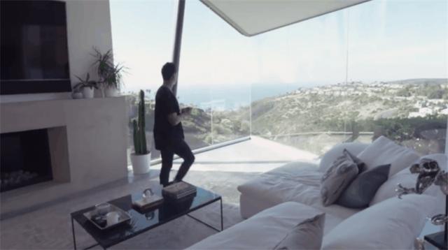 94年小伙买500㎡房子,在室内玩滑板,不怕从落地窗冲出去吗