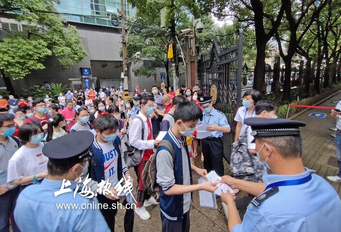 """史上最""""慢长""""高考开考 上海考生考场门口排起长队 想考试先排半小时队"""