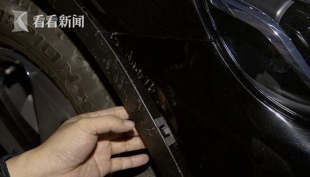 """《【无极2娱乐代理分红】46万元奔驰车惨遭流浪狗""""毒手"""",车身出现100多处破痕!保险、物业:不赔》"""