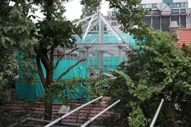 """《【无极2代理平台注册】上海一处90岁的历史建筑遭""""魔改"""",4年前的保护通知无人理睬…到底是谁给的勇气?》"""